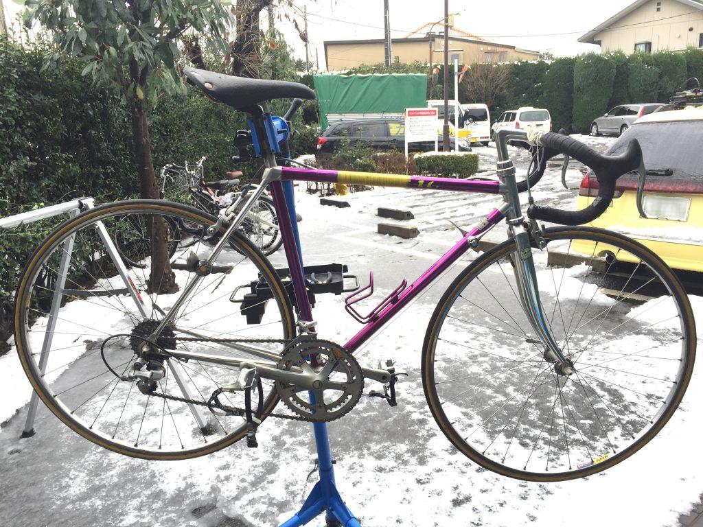 ビフォー。雪の日に撮影。あえてではありません。シマノ600で統一されており、これはこれでカッコイイですが・・・